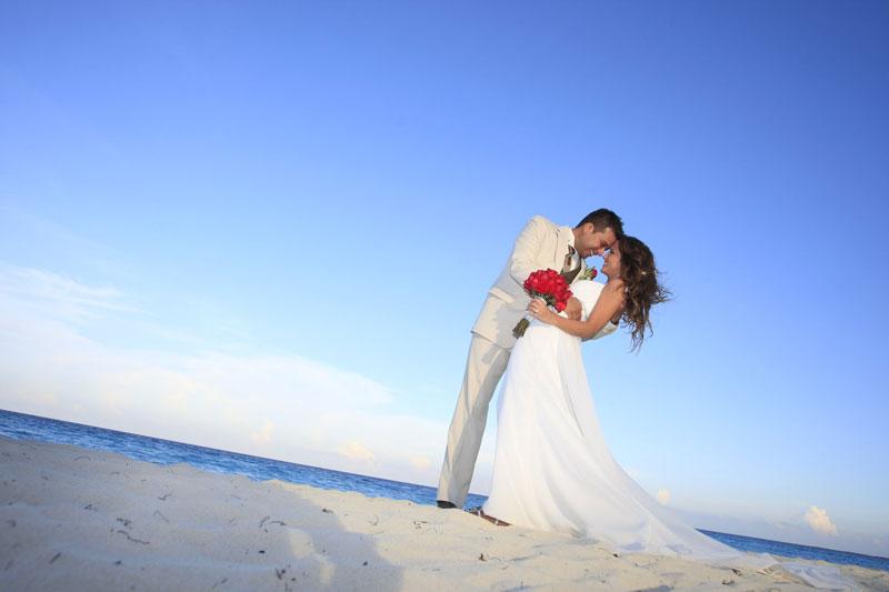 Novios-en-la-playa-Bel-Air-Cancun - Sal! Revista